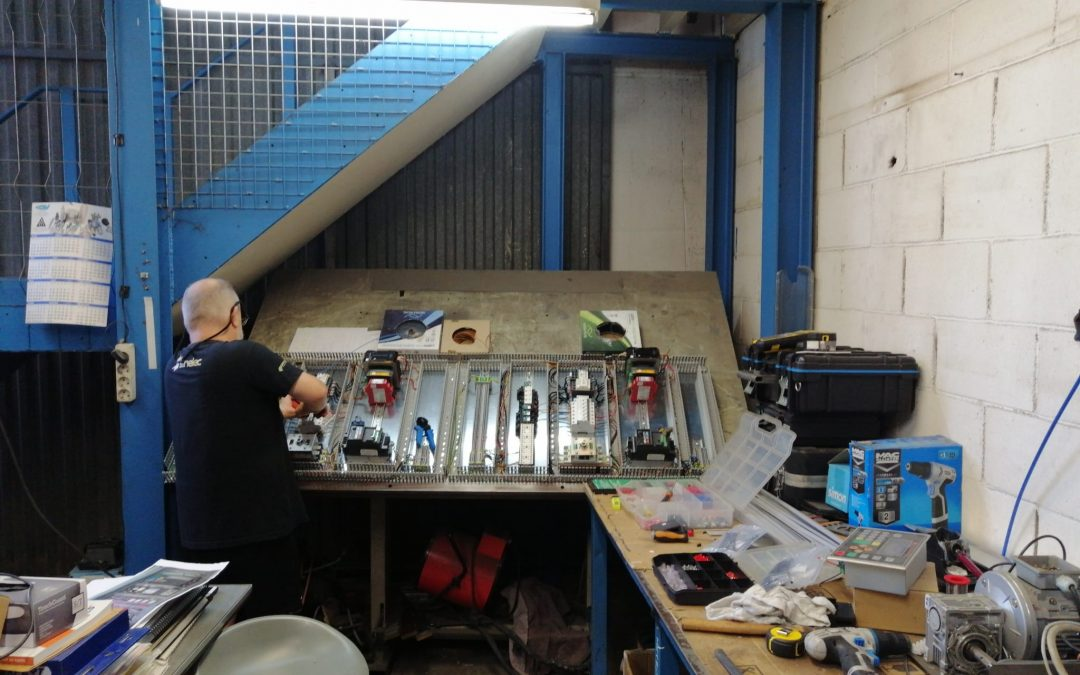 Departamento eléctrico by Korpleg realizando armarios eléctricos para modelo cpn